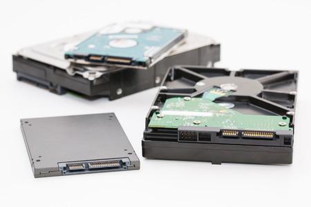 다음 SSD 디스크 (솔리드 스테이트 드라이브) 난에 하드 디스크. 흰색 배경에 고립.