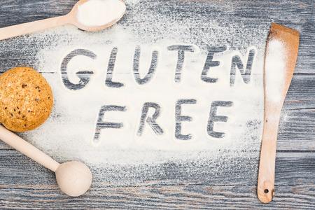 Gluten Free Word écrit sur la farine. Tableau fond en bois. Banque d'images - 44883768