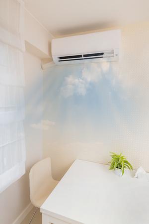 エアコンの冷たい空気を吹きます。ホーム インテリアの概念。