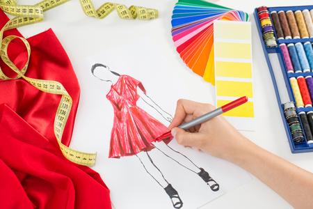 mode: Modedesigner arbetar i studio. Närbild design. Stockfoto
