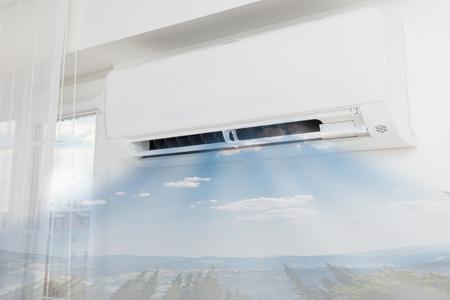 aire acondicionado: Acondicionador de aire que sopla aire frío. Inicio conceptos interiores. Foto de archivo