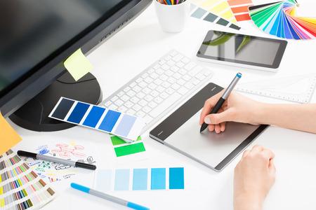 Grafický designer v práci. Vzorky barev Swatch.