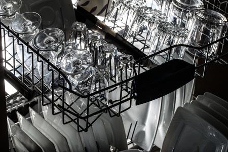 lavar platos: Abra el lavaplatos con utensilios limpios en ella.