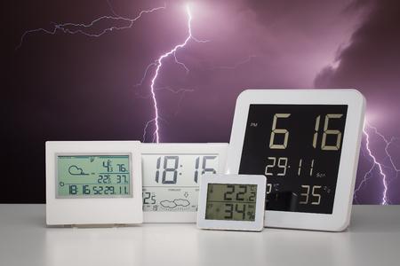 estado del tiempo: El tiempo del dispositivo de unidad con las condiciones del exterior fondo. Foto de archivo