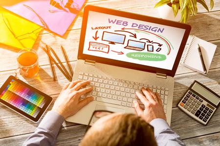 Biurko projektanta z koncepcji budowy reaguje internetowej.