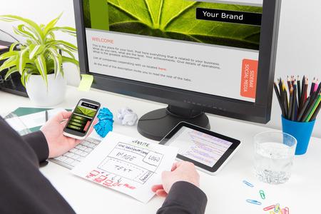 Biurko projektanta z koncepcji budowy reaguje internetowej. Zdjęcie Seryjne