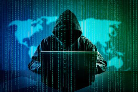 해커 랩톱을 사용 하여입니다. 인터넷 해킹.