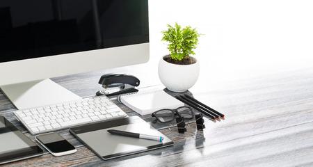 escritorio del diseñador con el concepto de diseño maqueta sensible.