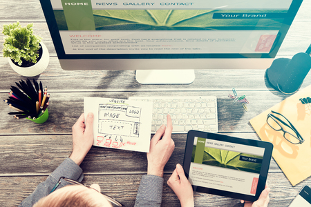 Autorský stůl s konceptem reagovat web design.