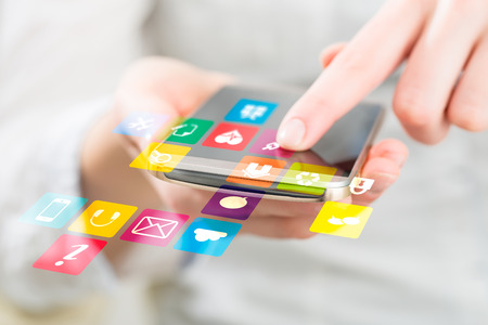 ソーシャル メディア ネットワークの携帯電話上の概念です。 写真素材