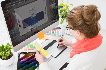 artistas: Diseñador gráfico en el trabajo. Muestras de color de muestras.