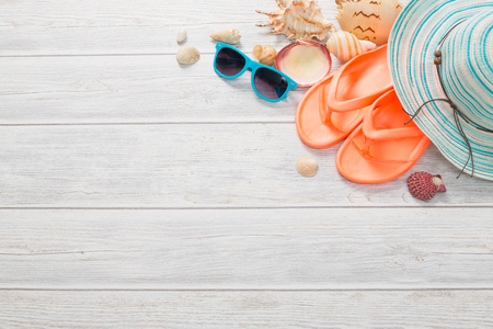 Strand-Accessoires auf Holzbrett. Konzept der Sommerzeit. Lizenzfreie Bilder