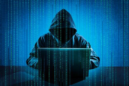 Hacker za pomocą laptopa. Hakowanie Internet. Zdjęcie Seryjne