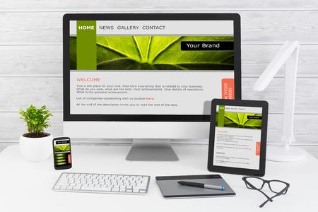 Le bureau de design avec le concept de site web adaptatif.