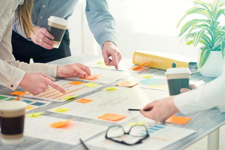 tormenta de ideas: Lluvia de ideas Lluvia de ideas Planificación de Negocios Diseño de la gente Foto de archivo
