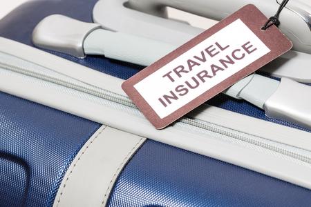 ラベルの旅行保険は、スーツケースに関連付けられます。
