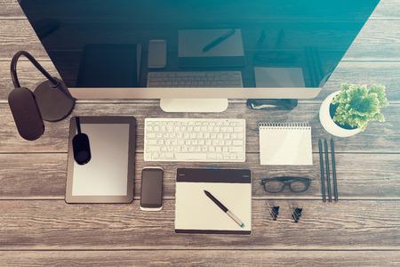 Designer Schreibtisch mit Responsive Design-Mockup-Konzept.