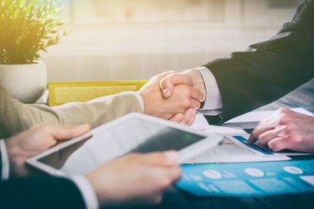 비즈니스 손을 흔들어 사람들은 협력 작업을 작업을 충족 핸드 셰이크 - 재고 이미지