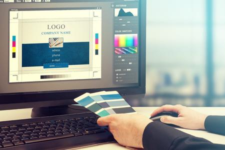 Diseñador gráfico en el trabajo. Muestras de color de muestras. Foto de archivo - 57169656