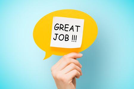 """felicitaciones: nota adhesiva en la burbuja del discurso de color amarillo con las palabras """"gran trabajo"""" sobre fondo azul."""