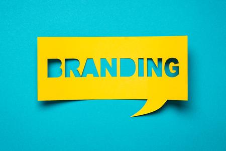 """종이에 문구 """"브랜딩 (branding)""""을 사용하여 버블 연설을합니다. 스톡 콘텐츠"""