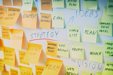brainstorming di nota brainstorming strategia di workshop aziendali note adesive - immagini stock