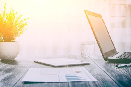 werkruimte kantoorwerkplek achtergrond business design bureau laptop - stock