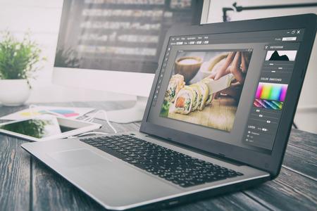 monitor de computadora: fotógrafo de la cámara pantalla del monitor editor de diseño de la laptop foto fotografía - Imagen Foto de archivo