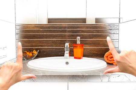 女性の手注文の浴室の設計をフレーミングします。組み合わせの図面と写真。