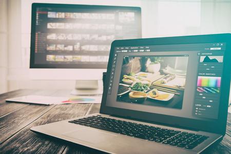カメラマン カメラ エディター モニター デザイン ノート パソコン写真画面撮影 - ストック イメージ