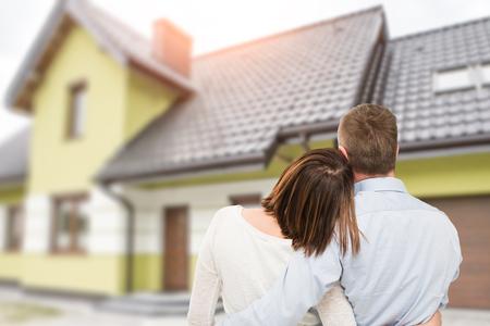 꿈의 집에서 찾고 젊은 부부 사랑. 스톡 콘텐츠