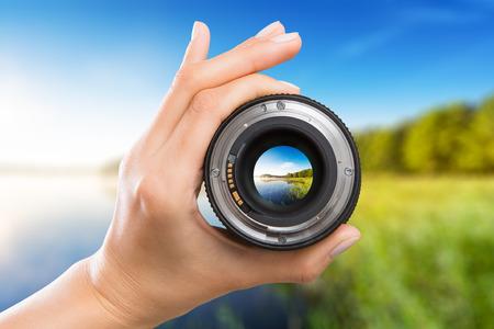 photography lente de la cámara el fotógrafo lente a través de la foto de vídeo digital cristal de la mano personas de foco borrosa concepto - Imagen Foto de archivo