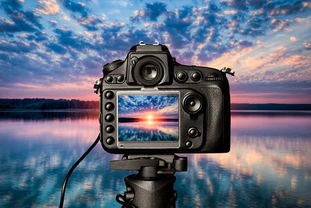 写真ビュー カメラの撮影レンズ レンズのビデオ写真デジタル ガラスぼやけてフォーカス風景写真用カラー コンセプト日没湖水休暇日の出太陽光空