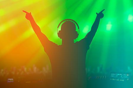 カリスマ的なディスク ジョッキー。クラブ、ディスコ DJ 演奏と観客の人々 の音楽を混合します。 写真素材