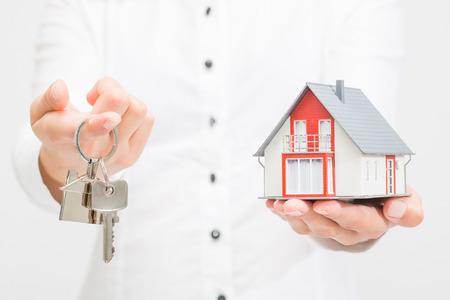 chiave casa acquisto vendita mano imprenditore proprietario immobiliare casa reale - immagini