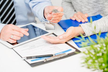 Lening agent huis sleutel vastgoed makelaar huis sleutelhanger handtekening banken vergadering - stock afbeelding
