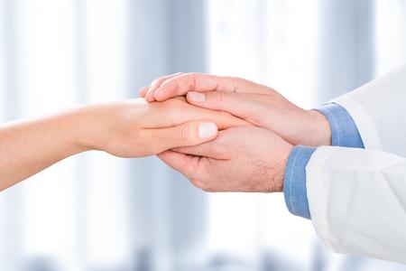patiënt arts vertrouwen de hand mededogen medische dankzij dokter man vrouw vrouw bezoek practitioner sympathie mens positief symbool troostende consulting werknemer ziekenhuis vriendschappelijk vrolijk - stock Stockfoto