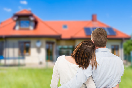 Liefdevolle jong koppel op zoek naar droomhuis. Stockfoto