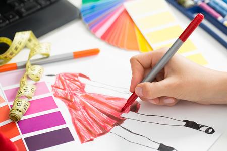 El diseñador de moda que trabaja en estudio. Cierre de diseño.