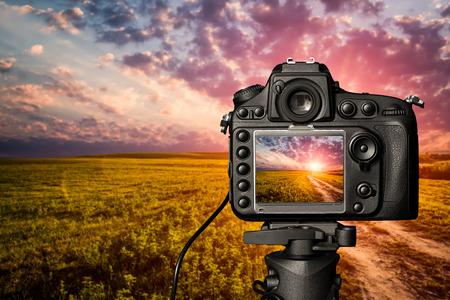 Fotografia telecamera fotografo lente lente foto video digitale vetro offuscata fuoco paesaggio cielo fotografica colore concetto tramonto all'alba luce del sole nuvole - immagini stock Archivio Fotografico - 64977785