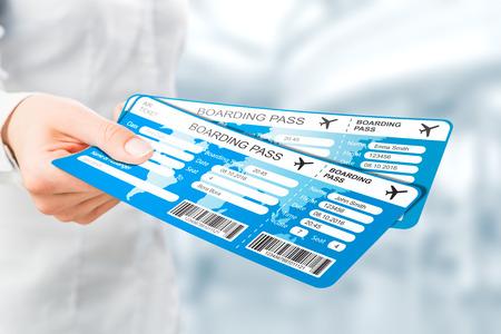 reisbiljet de hand bestemming lucht bedrijf pas vliegen document poortcode vertrek buitenlandse tournee toeristische passagiersvliegtuig aandacht concept - stock