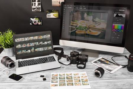 fotógrafo de la cámara fotográfica periodista que viaja fotografía de edición de fotos DSLR concepto de edición aficiones iluminación - Imagen Foto de archivo
