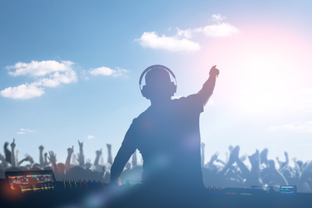 Charismatische deejay. Club, disco DJ spelen en mixen van muziek voor menigte mensen.
