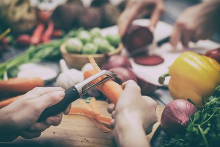 Koken van voedsel keuken snijden handen man mannelijke mes verse bereiding voorbereiding van de hand tafel salad concept van koken - stock Stockfoto - 71935452