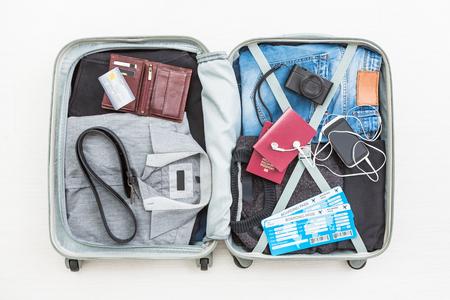 여행자 여행자 여행 가방 위로 가기보기 포장 카드 카메라 포장 된 신용 지갑 의류 테이블 출발 개념을 떠나 - 재고 이미지