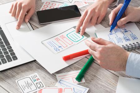 Internet obiettivi UX design Designing Designers smartphone telefono di marca Layout Web disadattato affari prototipo schizzo piano di scrittura soluzione idea concetto di successo - archivio di immagini