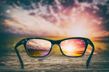 Occhiali, fuoco, fondo, legno, occhio, visione, occhiali, occhiali, natura, riflessione, osservare, attraverso, vedere, chiaro, vista, concetto, trasparente, sunrise, tramonto, vendemmia, soleggiato, sole, retrò Archivio Fotografico