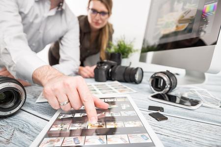 reportero: recuerdos periodista fotógrafo del equipo de cámara de fotos réflex digital de edición editar fotografía diseñador de trabajo en equipo de iluminación disparar disparar contemporánea comercial objetos concepto objetivo - Imagen