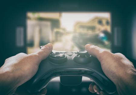 게이머 게임 재미있는 게이머 게임 패드 남자 컨트롤러 비디오 재생 플레이어 지주 취미 쾌활한 즐거움보기 개념 - 재고 이미지