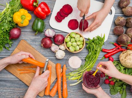 ensalada: cocinando corte de la cocina alimentos cocinar hombre manos preparación cuchillo masculina preparan fresco concepto mesa ensalada mano - Imagen
